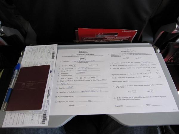 Ifyllnad av deklaration angående svininfluensan på flyget till Kuala Lumpur.