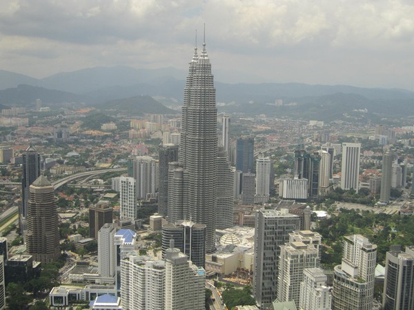 Petronas Towers dominerar skyline i KL. De andra skraporna ser nästan ut som dvärgar i jämförelse!