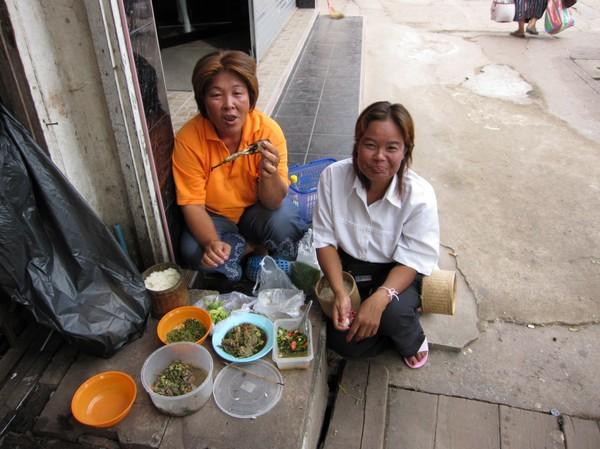 Frukost på trottoaren i Udon Thani.