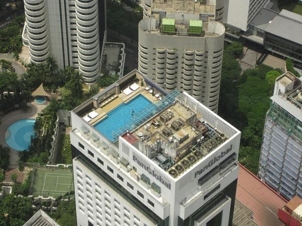 Jag undrar om de som badar i poolen är medveten om att de är iakttagna av en massa människor ovanför dem?