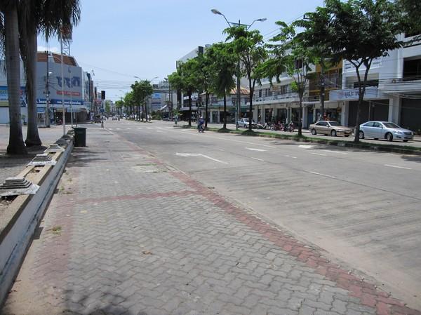 Denna bild togs mitt på dagen i centrala Ubon Ratchathani. Inte mycket trafik direkt! I och för sig rör det sig om en söndag, men ändå!