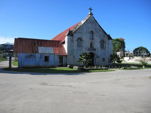 Kyrkan i Siquijor town, till största delen byggd av koraller.