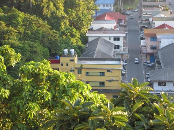 Garden Hotel (den gula byggnaden till vänster i bild, som är mitt hem i Kota Kinabalu.