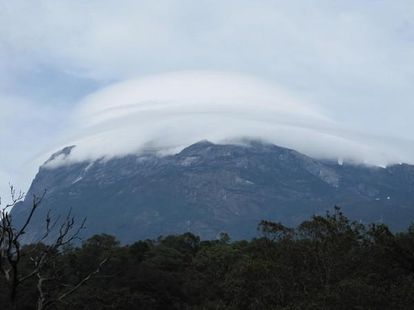 Mount Kinabalu i närheten av park entrén. Ser ut som ett UFO landat på toppen!