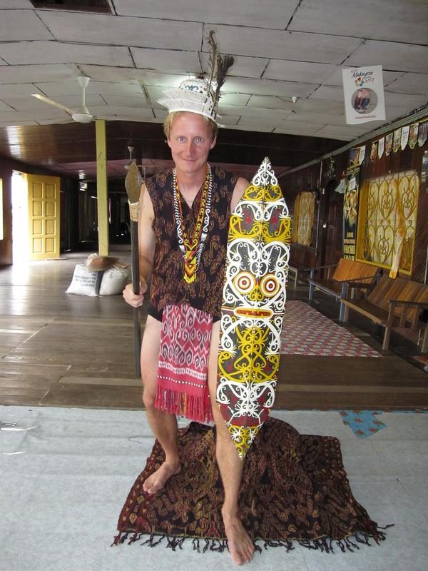 Stefan i traditionell Iban-klädsel.