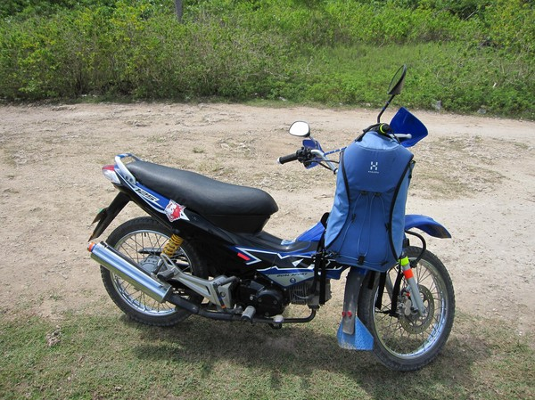 Fortskaffningsmedlet. Honda Dream 125 cc. Perfekt farkost för behovet. 200 peso (ca 30 kr) för en heldag. Aldrig hyrt en motorcykel så billigt på Filippinerna!