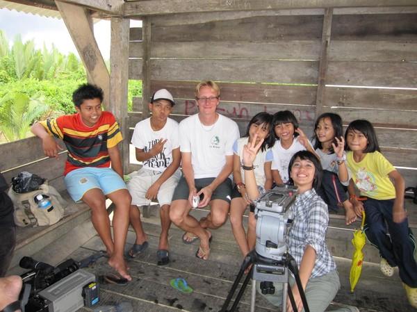 Medan ungarna badar slöar vi andra på bryggan. Sittande längst fram, programledaren Atiquah.