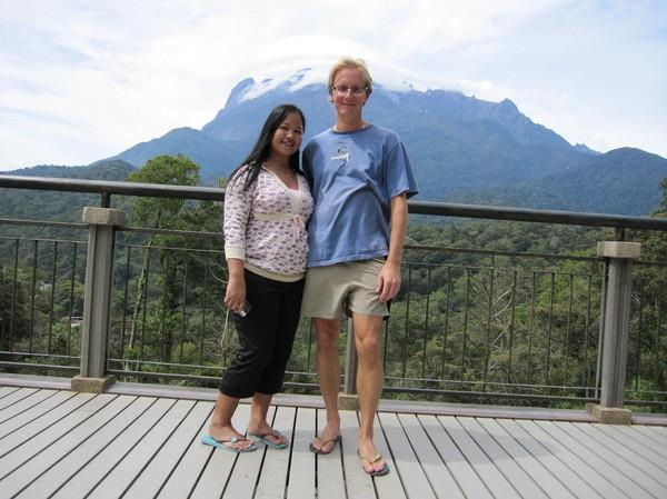 Stefan och Heliana i närheten av park entrén. Fotograferat av en malaysisk vän.