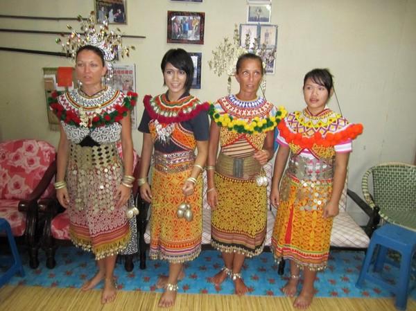 De båda italienskorna, programledaren och en bybo i traditionell Iban-klädsel.