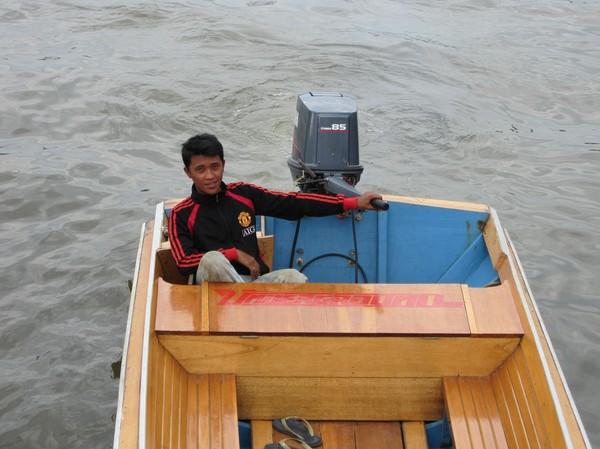 Min chaufför på båtturen som kostade 10 B$ (ca 50 kr).