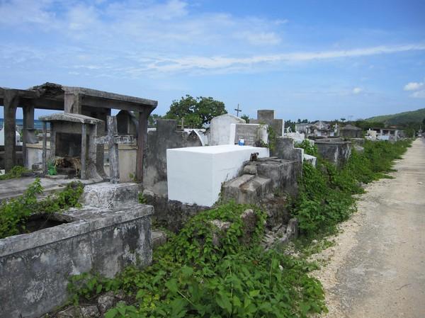 Kyrkogård vid stranden i närheten av Siquijor town, Siquijor.