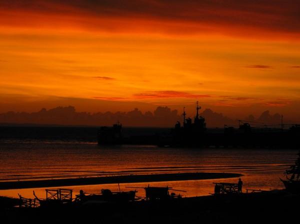 Soluppgång fotograferad från hotellrummet på Santa Fe Beach Club. Helt fantastiskt! Bantayan island.