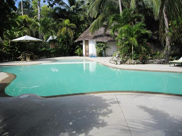 Poolen på Coral Cay resort med omgivande trädgård är riktigt fin.