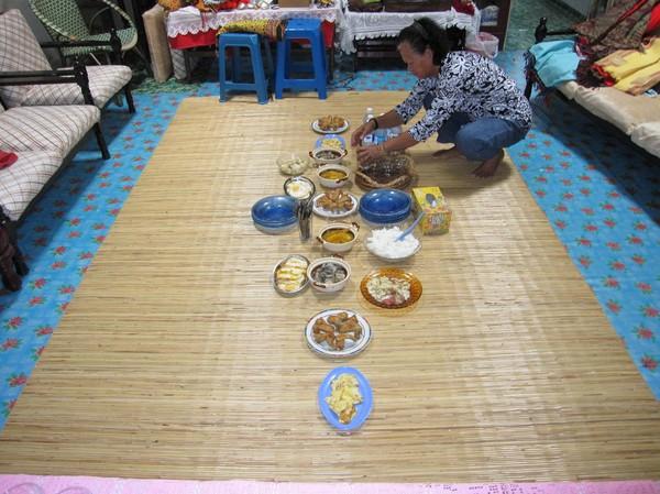 Mamma Irene förbereder lunchen. Iban-folket äter traditionellt på en matta på golvet. Maten äts med händerna.