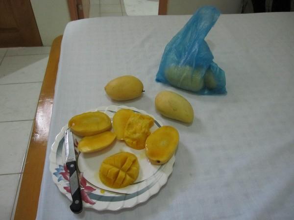Efter löppasset och duschen går jag till marknaden och köper superfärska mangos som jag äter innan jag käkar en riktig frukost. Underbart. Min absoluta favoritfrukt i tropikerna!