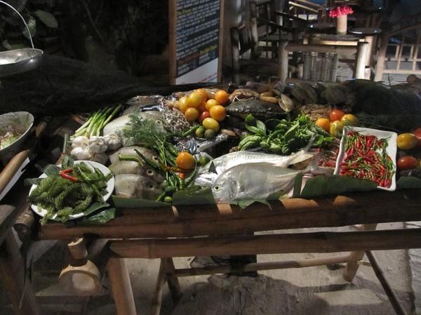 Förträfflig mat till bra pris i Santa Fe, Bantayan island. Utanför restaurangen får man välja vad man vill ha av läckerheterna.