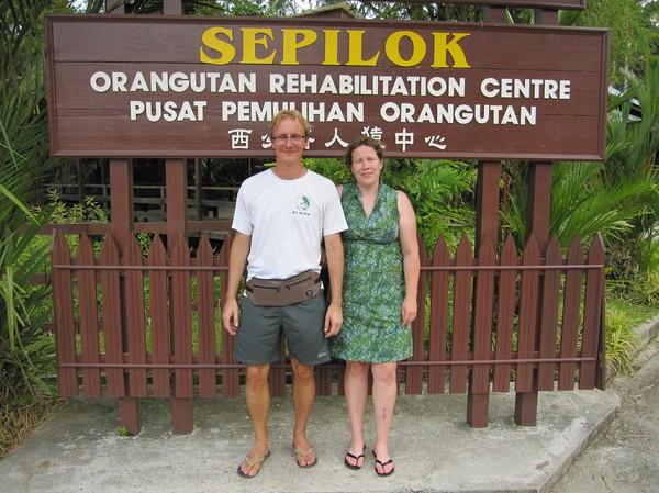 Sandra och jag vid entrén till Sepilok Orangutan Rehabilitation Centre.