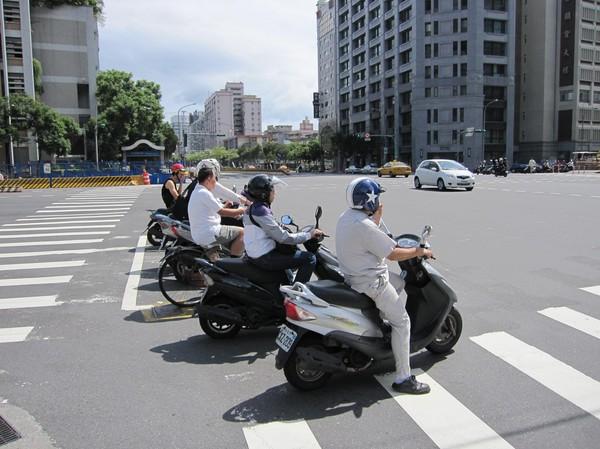 Vänstersväng i Taipei görs bäst på detta viset!