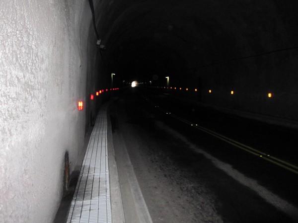 Alldeles i början av vandringen stötte jag på den första av ett dussintal tunnlar. En av dem var över en kilometer lång!