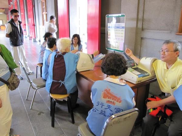 Blodtryck tas ofta vid entrén till templen. Självklart passade även jag på att ta mitt blodtryck.
