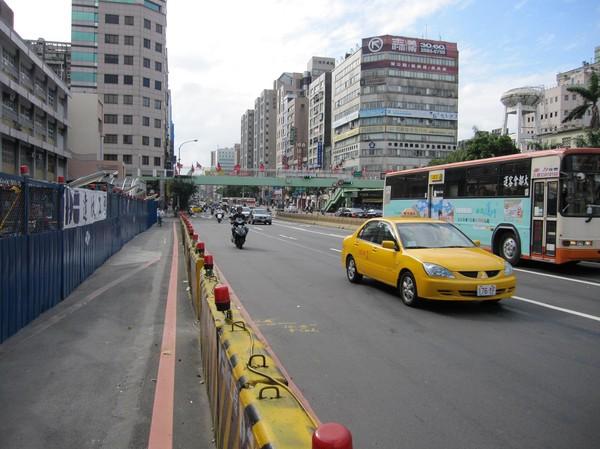 Gatuscen i centrala Taipei. Flaggorna på bilden är Taiwans flagga.