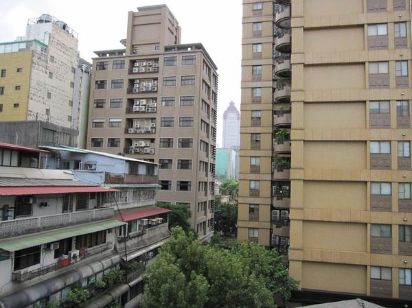 Det här är utsikten från hotellets takterass.