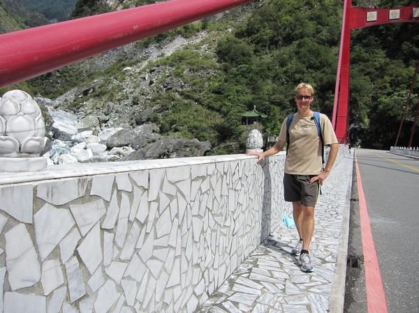 Stefan på vandringen genom Taroko Gorge. En vänlig taiwanes förevigade detta ögonblick, vilket jag är tacksam för!