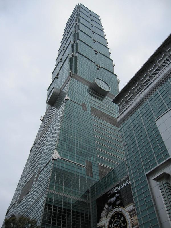 Ett foto av Taipei 101 taget utanför byggnadens entré.