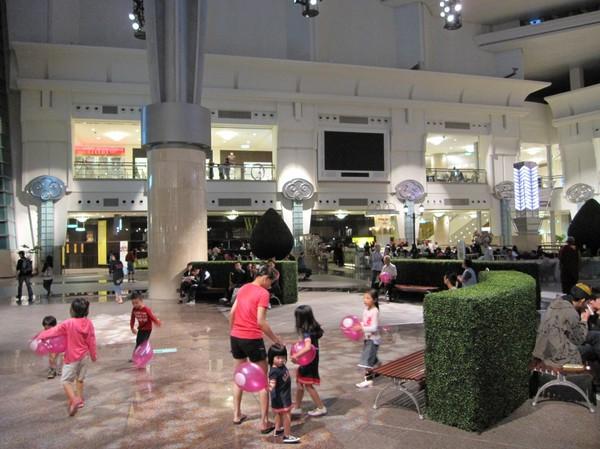 Nere på säker mark igen i Taipei 101's anslutande shopping mall!