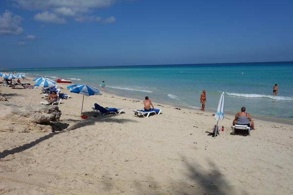 En inblick i vanliga kubaners sätt att spendera strandtid, Playas del Este, Havanna.