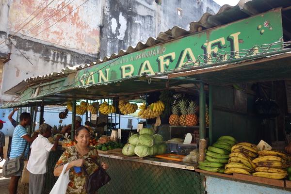 Fruktmarknad längs San Rafael Boulevard, Centro Habana, Havanna.