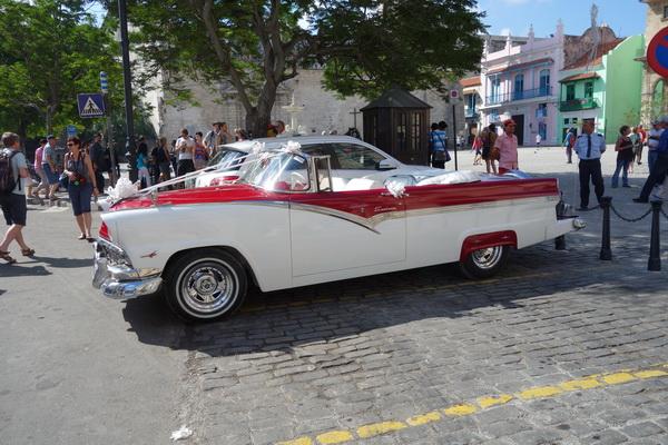 Bröllopsbil på Plaza de San Fransisco de Asis, Habana Vieja, Havanna.