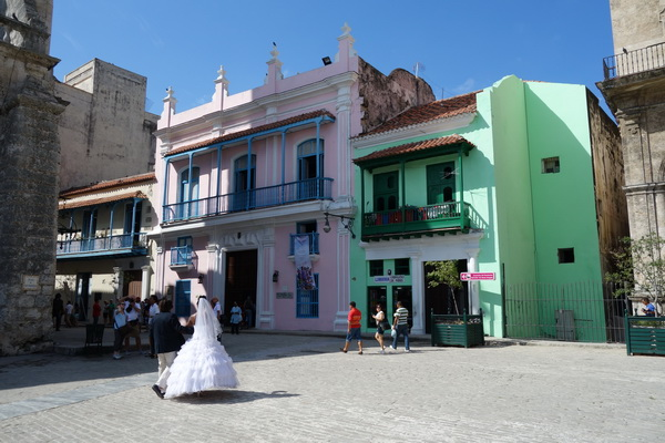 Brudparet på väl till kyrkan. Plaza de San Fransisco de Asis, Habana Vieja, Havanna.