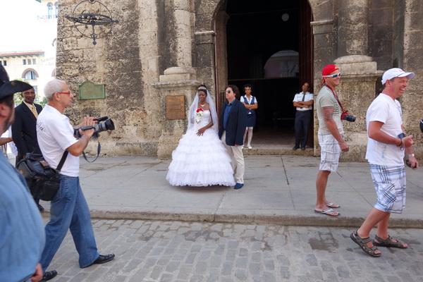 Brudparet framför kyrkan. Plaza de San Fransisco de Asis, Habana Vieja, Havanna.