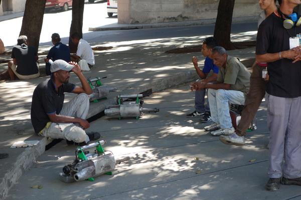 Rast för arbetarna som bekämpar dengue fever, vid Universidad de la Habana, Vedado.
