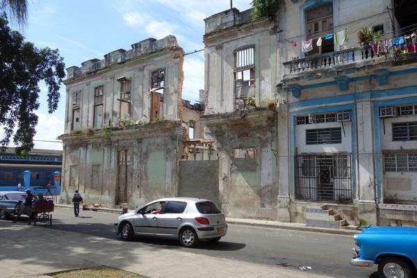 En del hus bara väntar på att få rasa ihop totalt. Centro Habana, Havanna.