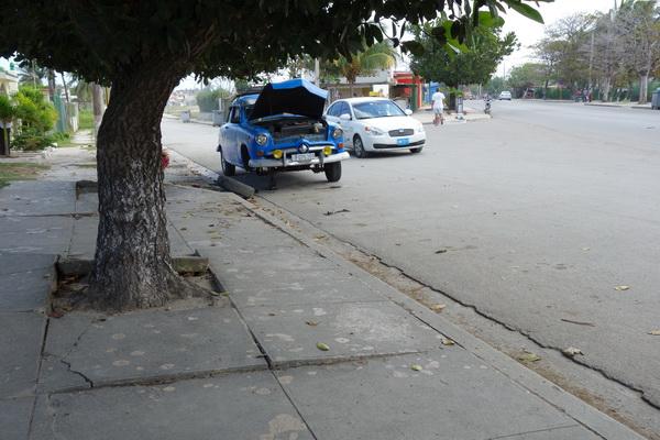 Krångel med bilar är vanligt på Kuba. Guanabo, Playas del Este, Havanna.