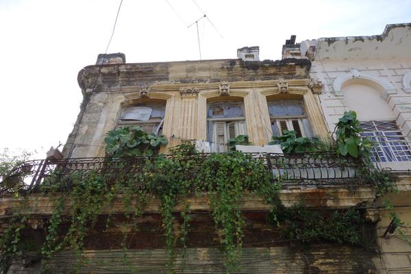 Fasad i förfall någonstans i Centro Habana, Havanna.