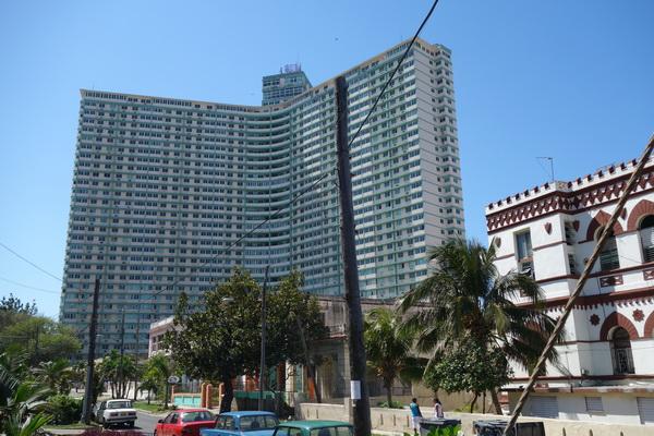 Edificio Focsa byggt i modernisitisk stil på 28 månader i mitten av 50-talet.  Med sina 39 våningar den näst högsta byggnaden då av den här typen. Vedado, Havanna.