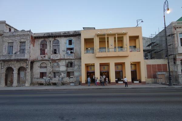 Min favoritrestaurang Castropol (den gula byggnaden) längs Malecon, Havanna.
