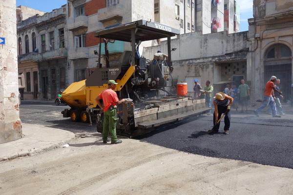 Användning av svensk kvalité vid asfaltering av gatorna som ligger direkt bakom Malecon, Centro Habana, Havanna.