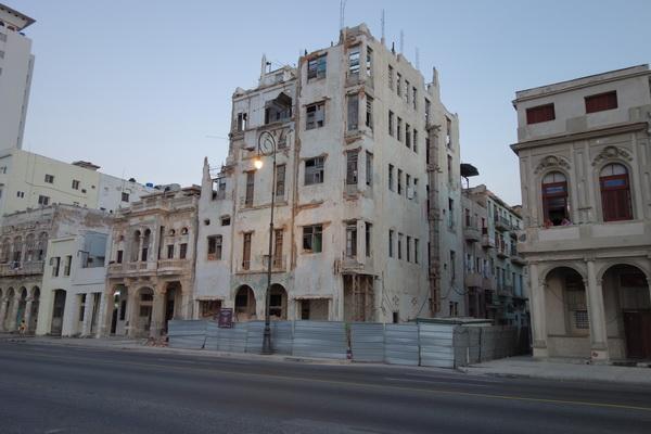 Rasfärdiga gamla rariteter till byggnader längs Malecon, Havanna.