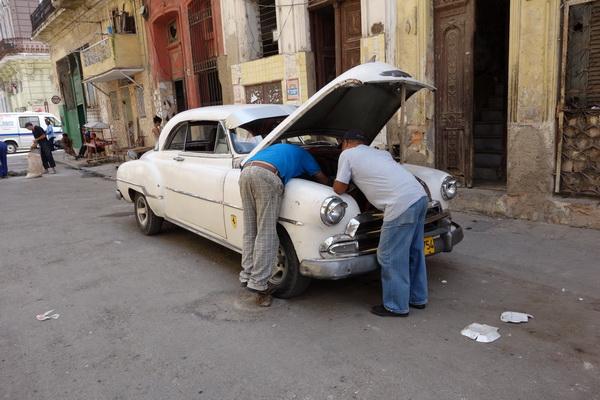 Kubaner sägs vara världens bästa bilmekaniker. Centro Habana, Havanna.