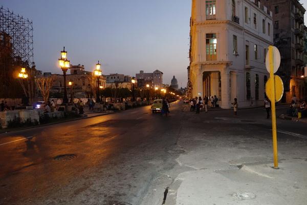 Solnedgång vid Pradons norra ände, Centro Habana, Havanna.