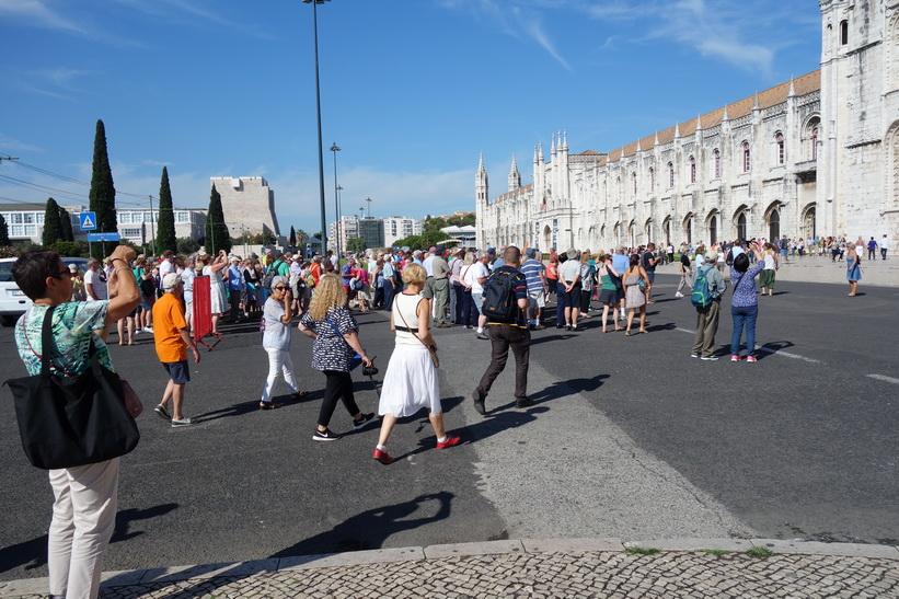 Horder av turister vid Mosteiro dos Jerónimos, Belém, Lissabon.