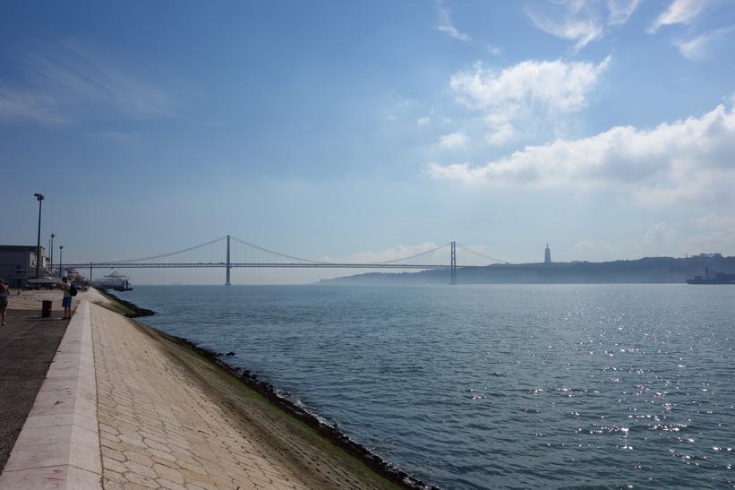 Ponte 25 de Abril, den 2277 meter Golden Gate-liknande bron, Lissabon.