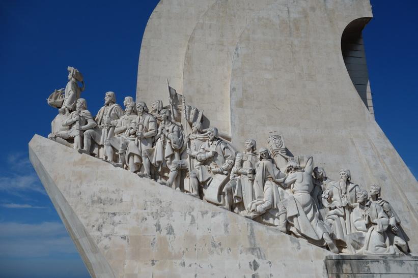 Portugals stora upptäcksresande uppradade på Padrao Dos Descobrimentos, monumentet som hyllar Portugals upptäckarera, Belém, Lissabon.