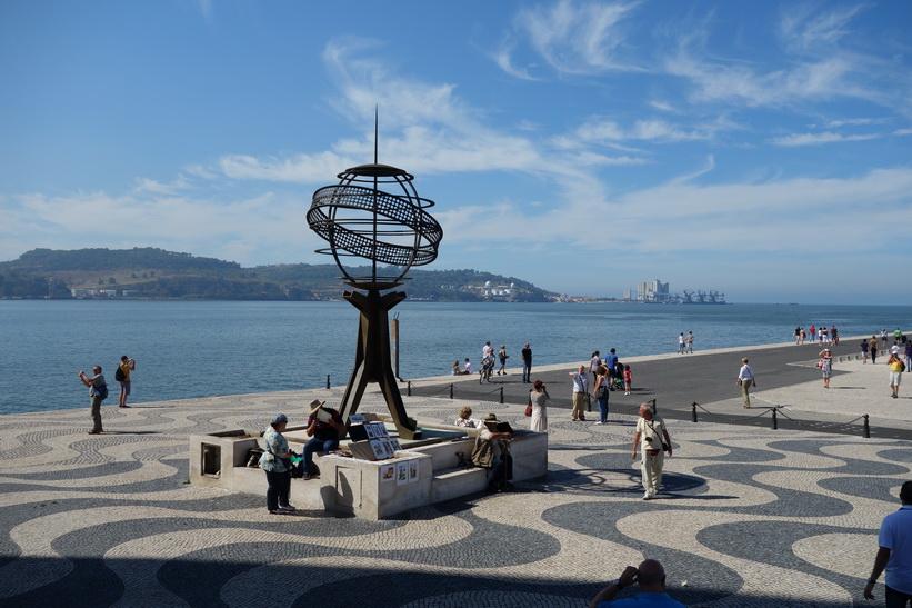 Bredvid Padrao Dos Descobrimentos, monumentet som hyllar Portugals upptäckarera, Belém, Lissabon.