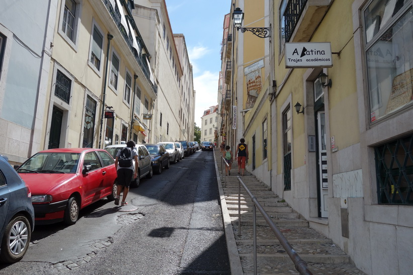 På väg upp till Convento do Carmo längs gatan Calçada do Carmo, Lissabon.