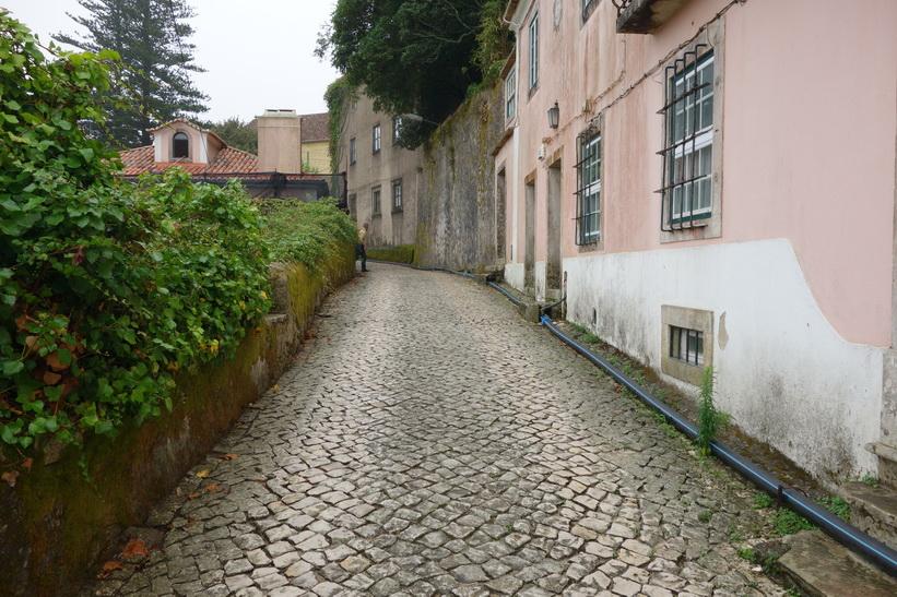 Promenaden upp till Castelo dos Mouros, historiska Sintra, Portugal.